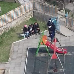 Глобиха хора, разговарящи на детска площадка в Благоевград