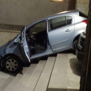 Жена-шофьор потегли по стълбите пред поликлиниката в Благоевград
