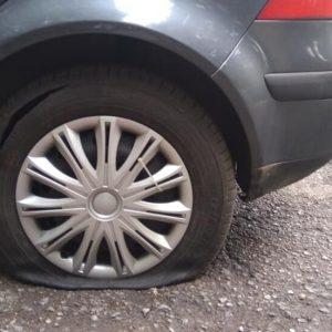 Мъж наряза гумите на 10 коли в София