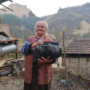 Носят храна и лекарства на възрастни хора в отдалечени райони на Благоевградска област