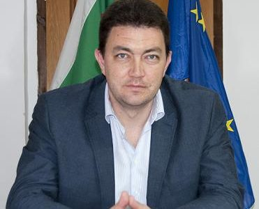 """""""Пир по време на чума"""": Kметът на Петрич поиска увеличение на заплатата си, докато държавата търси пари за борба с COVID-19"""
