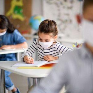 Учениците от 5 до 12 клас ще носят защитни маски или шлемове в час