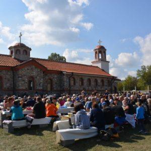 """Хиляди почетоха храмовия празник на църквата """"Св. Петка"""" край Тросково"""