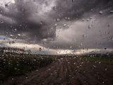 Силен вятър, валежи и гръмотевици в много райони на страната