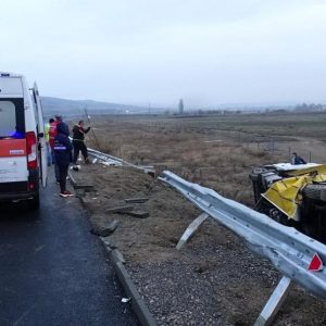 Тир излетя от пътя заради хлъзгав участък край Благоевград